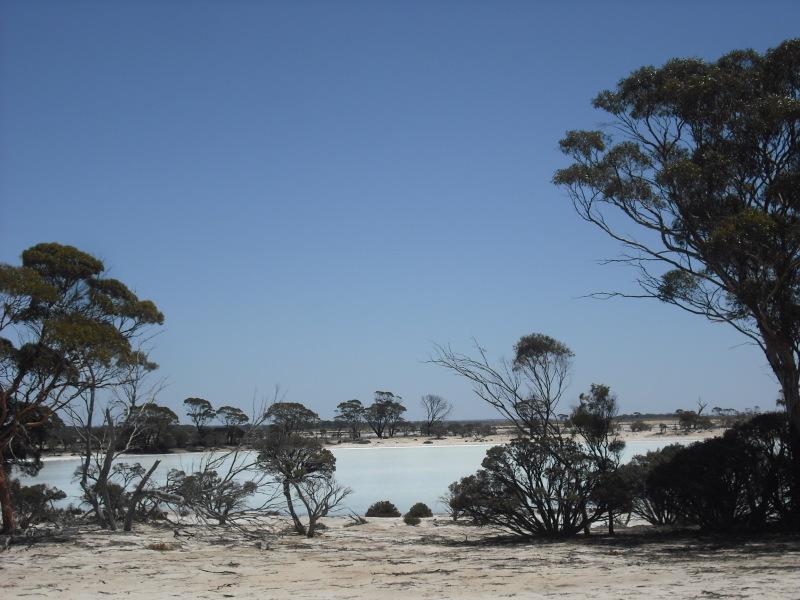 オーストラリア内陸部の絶景!大平野の真ん中で異世界を作り出す塩湖