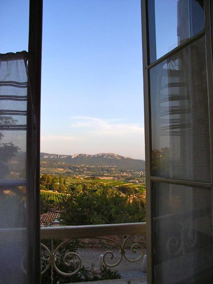 小さな鷲ノ巣村に住む友人の家。この眺めは、私の夢のひとつ。いつか、きっと!