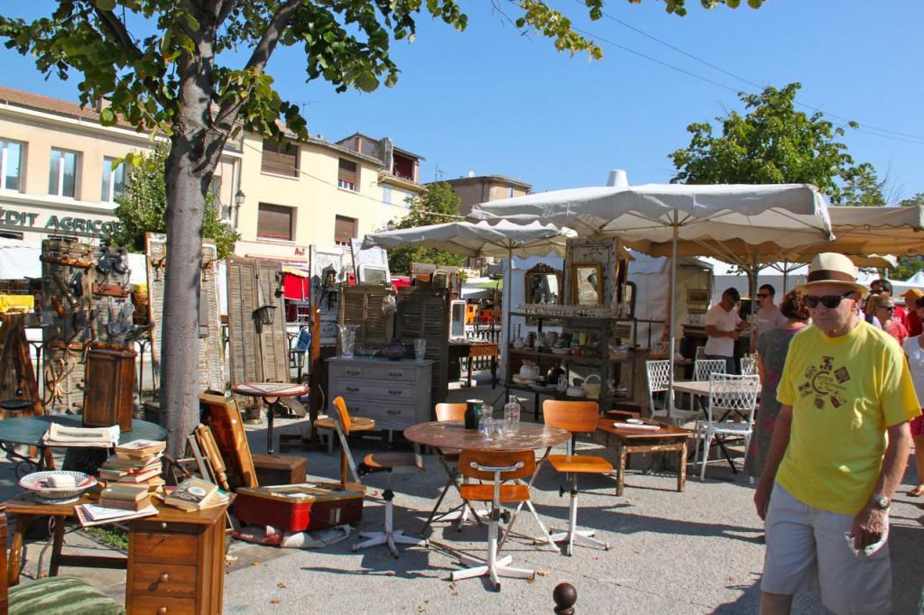 リル・シュル・ラ・ソルグで毎週日曜日に開かれるブロカントの市