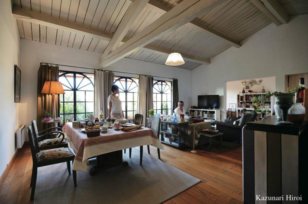 現在の我が家のリビング。気に入っているのは、南向きの広い窓と高い天井と梁。