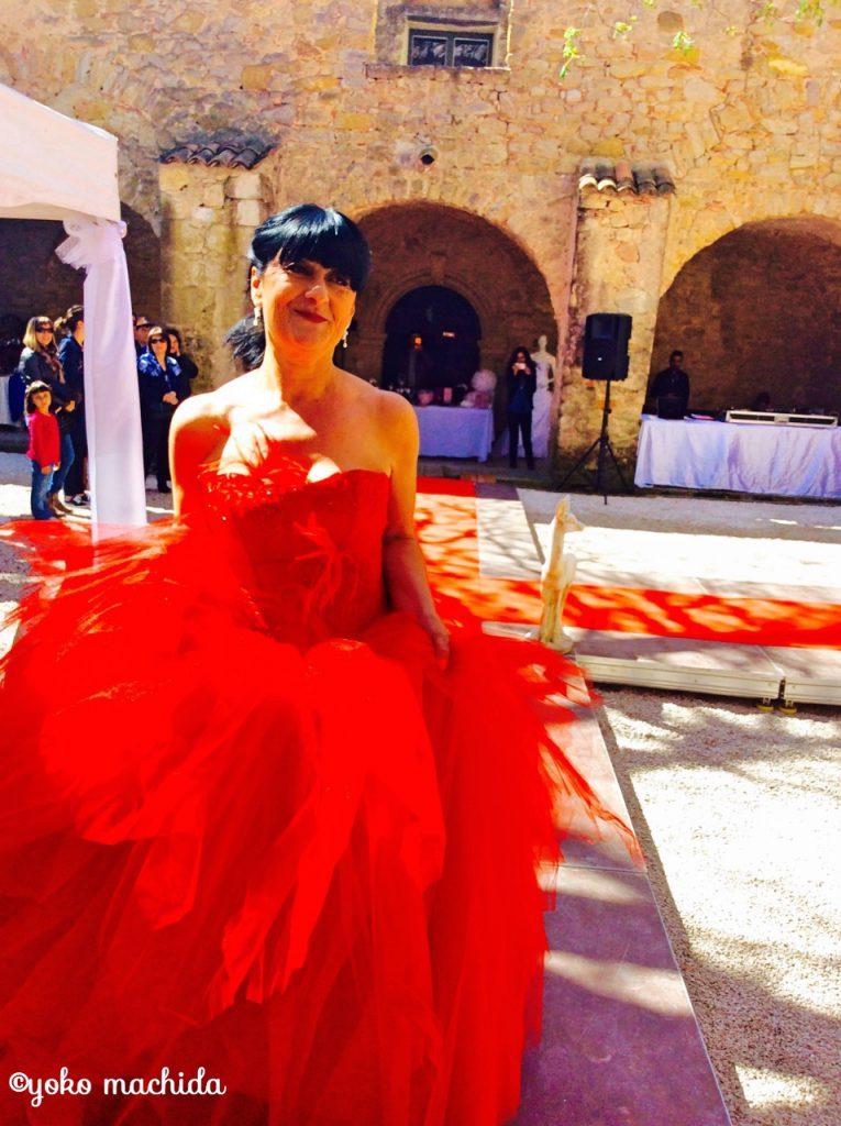 マダムが自信たっぷりに着るからこそ美しい、真っ赤なドレス