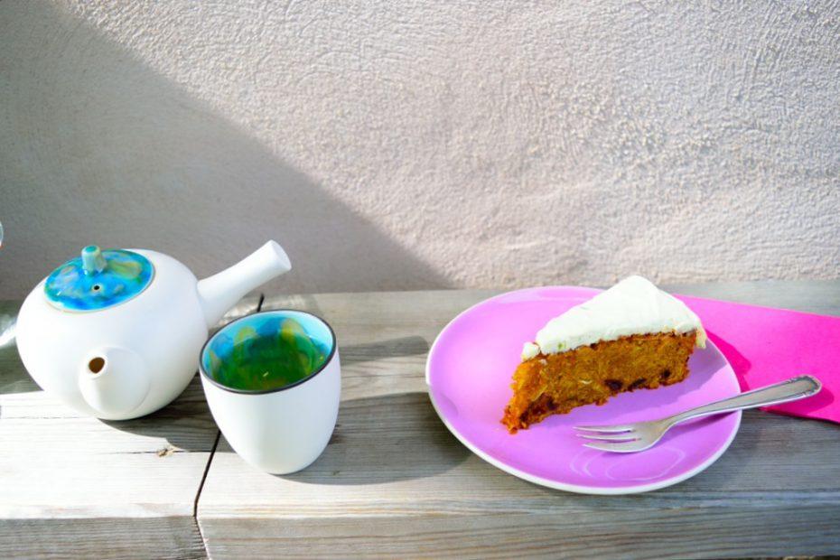 おいしいキャロットケーキとすてきな陶器で出されたお茶