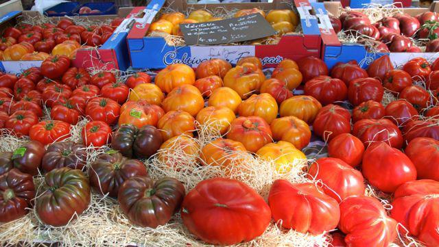 マルシェで売られているプロヴァンスのトマトは種類豊富。形も大きさもばらばらだけど、完熟でおいしい!