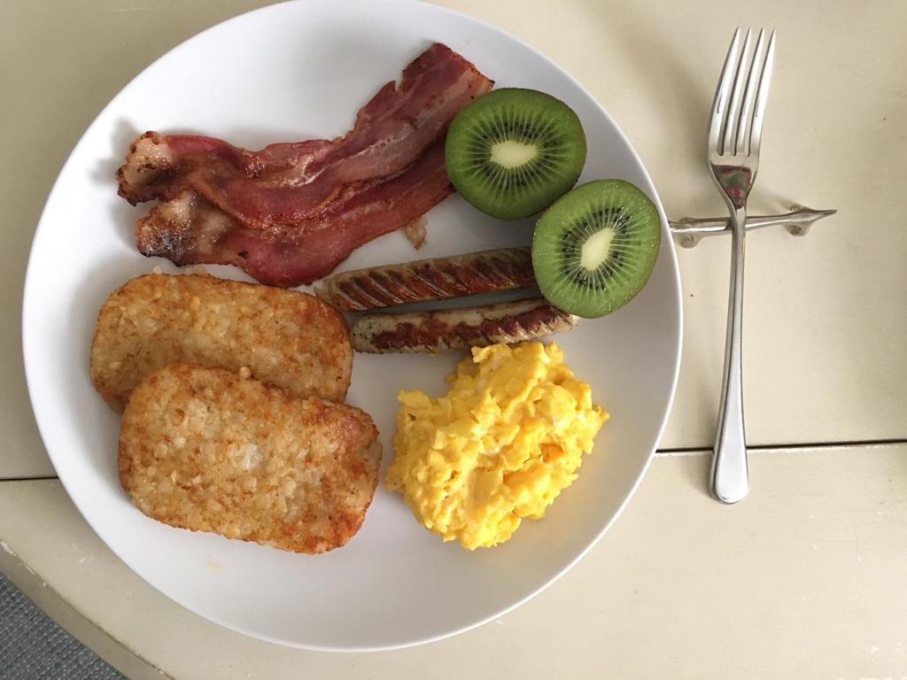 ハッシュドポテトとお肉、卵でパワーブレックファスト!
