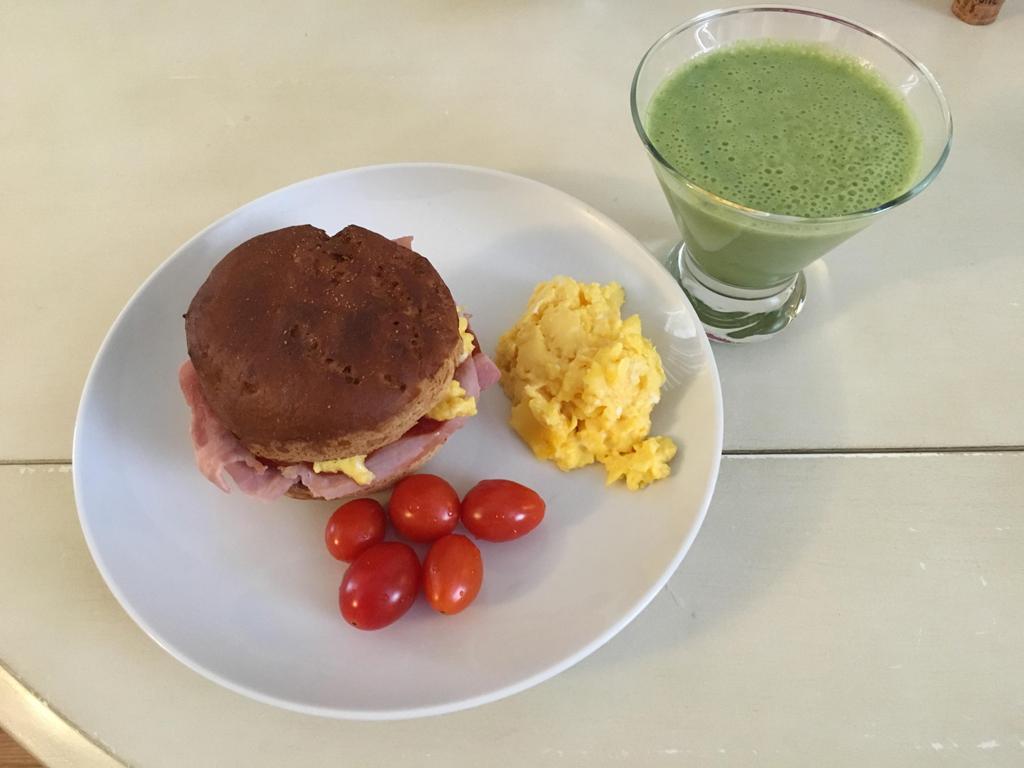 ちょっと焼きすぎちゃったハンバーガーバンズで卵とハムのサンドイッチ。サラダの気分じゃないときはバナナとベビーほうれん草をミキサーにかけて、簡単グリーンスムージーで野菜を補給。